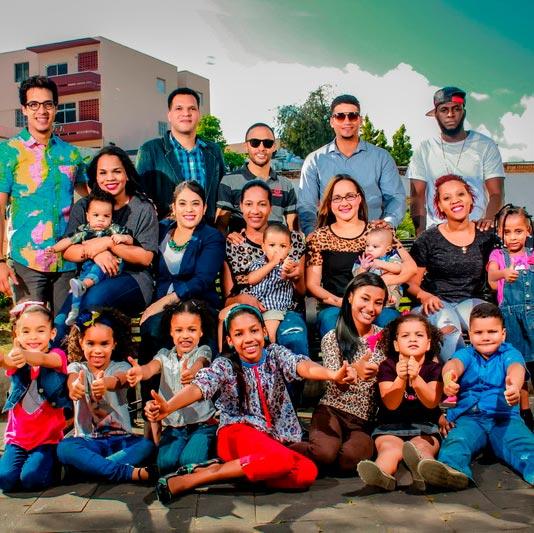 Photographie de groupe de plusieurs jeunes familles réunies pour la pose. Creative Commons CC0 source pxhere.com